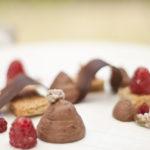Dolce con pistacchi, cioccolato e lamponi