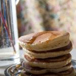 Pancake soffici con sciroppo d'acero e mirtilli